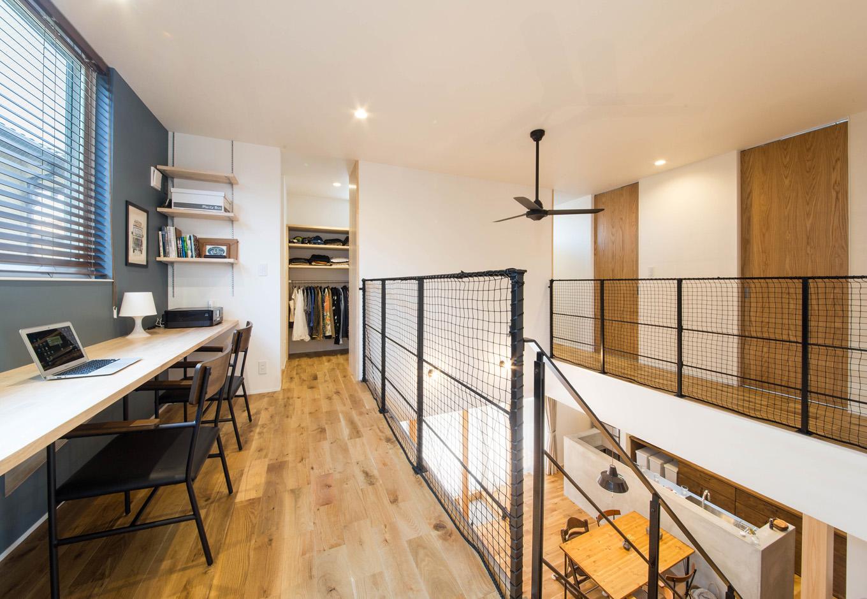 R+house 浜松中央(西遠建設)【デザイン住宅、子育て、建築家】2階ホールに設けたワークコーナーは、パソコンやミシン掛けなど、夫妻で共用。子どもの勉強スペースとしても利用できる