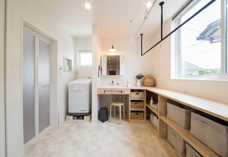 R+house 浜松中央(西遠建設)【デザイン住宅、子育て、建築家】2階に設けた洗面脱衣室は、4.5畳の広さを確保。洗濯物を吊せるアイアンのハンガーパイプや、折り畳みのできる家事カウンターを備え、1か所で家事をこなせるようにした