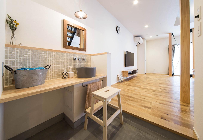 R+house 浜松中央(西遠建設)【デザイン住宅、子育て、建築家】リビングに隣接した土間の一角に設けた手洗いコーナーは、家に帰ったらすぐ手洗い・うがいができるので、感染症対策にも役立つ。ゲストにも利用してもらえるように、デザインや素材にもこだわった