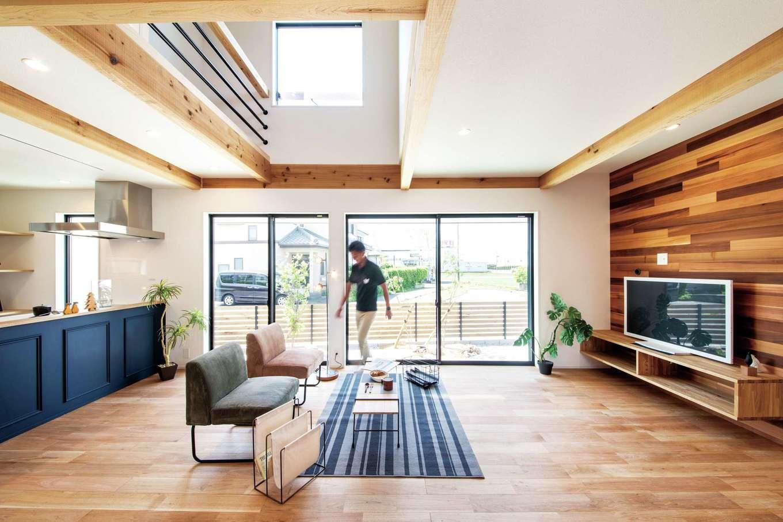 住たくeco工房【1000万円台、デザイン住宅、自然素材】LDKはレッドシダーの壁と、宙に浮かせた造作のテレビボードが室内をクールに彩っている。床はクルミの無垢材で、やさしい木目となめらかな感触が心地よい