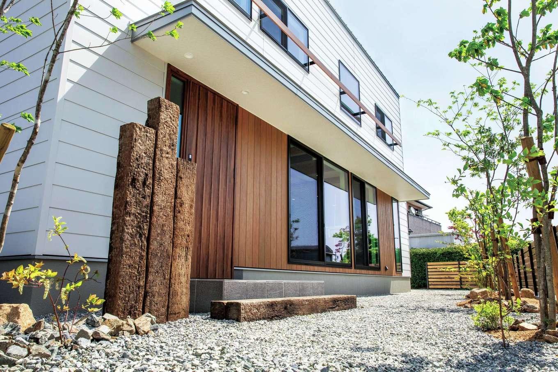 住たくeco工房【1000万円台、デザイン住宅、自然素材】外構も建物と合わせてデザイン。広く出した軒が雨除けや日除けに役立つ