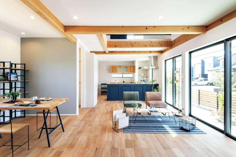 住たくeco工房【1000万円台、デザイン住宅、自然素材】開放感あふれるLDK。家族団らんのスペースに加え、奥さまと子どものウォークインクローゼットもあり、ほぼ1階メインで生活