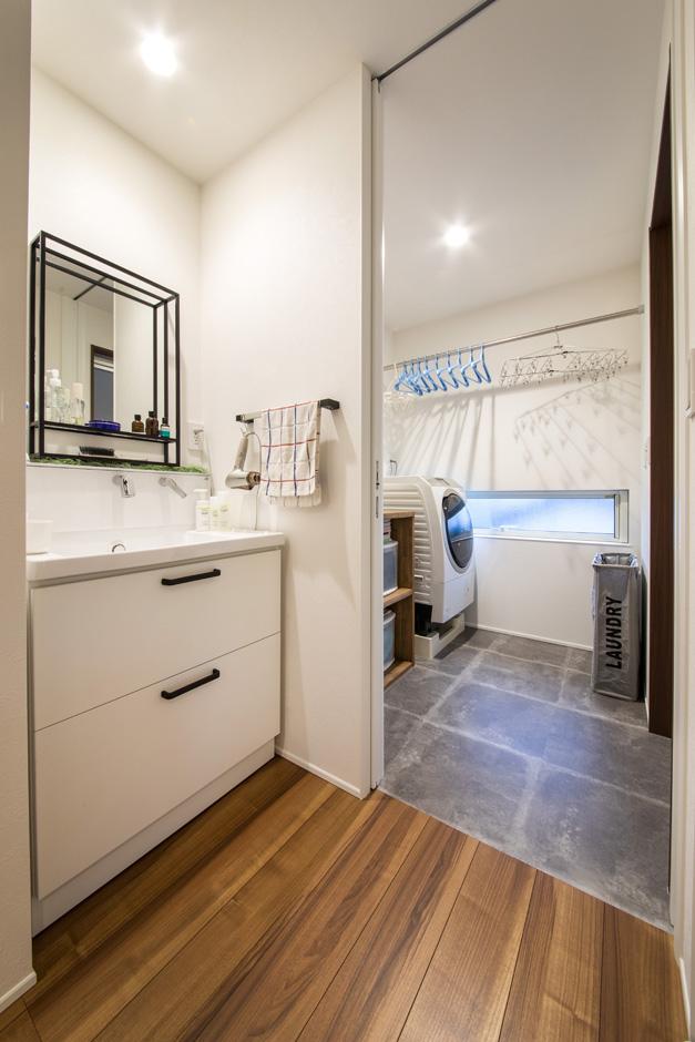 R+house 浜松中央(西遠建設)【デザイン住宅、建築家、インテリア】ランドリースペースでは洗濯の家事が一か所でできるので家事効率がアップ。洗面台は機能性を重視したシンプルなデザインに。アイアンの枠の鏡がスタイリッシュ
