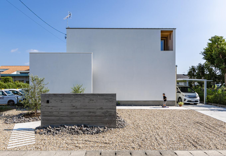 R+house 浜松中央(西遠建設)【デザイン住宅、間取り、建築家】白いキューブ型の外観。無駄なラインを省き、シンプルを極めたデザインが清々しい