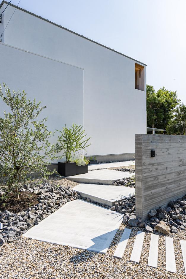 R+house 浜松中央(西遠建設)【デザイン住宅、間取り、建築家】洗練されたデザインの外構が、シンプルな建物をいっそう引き立てる