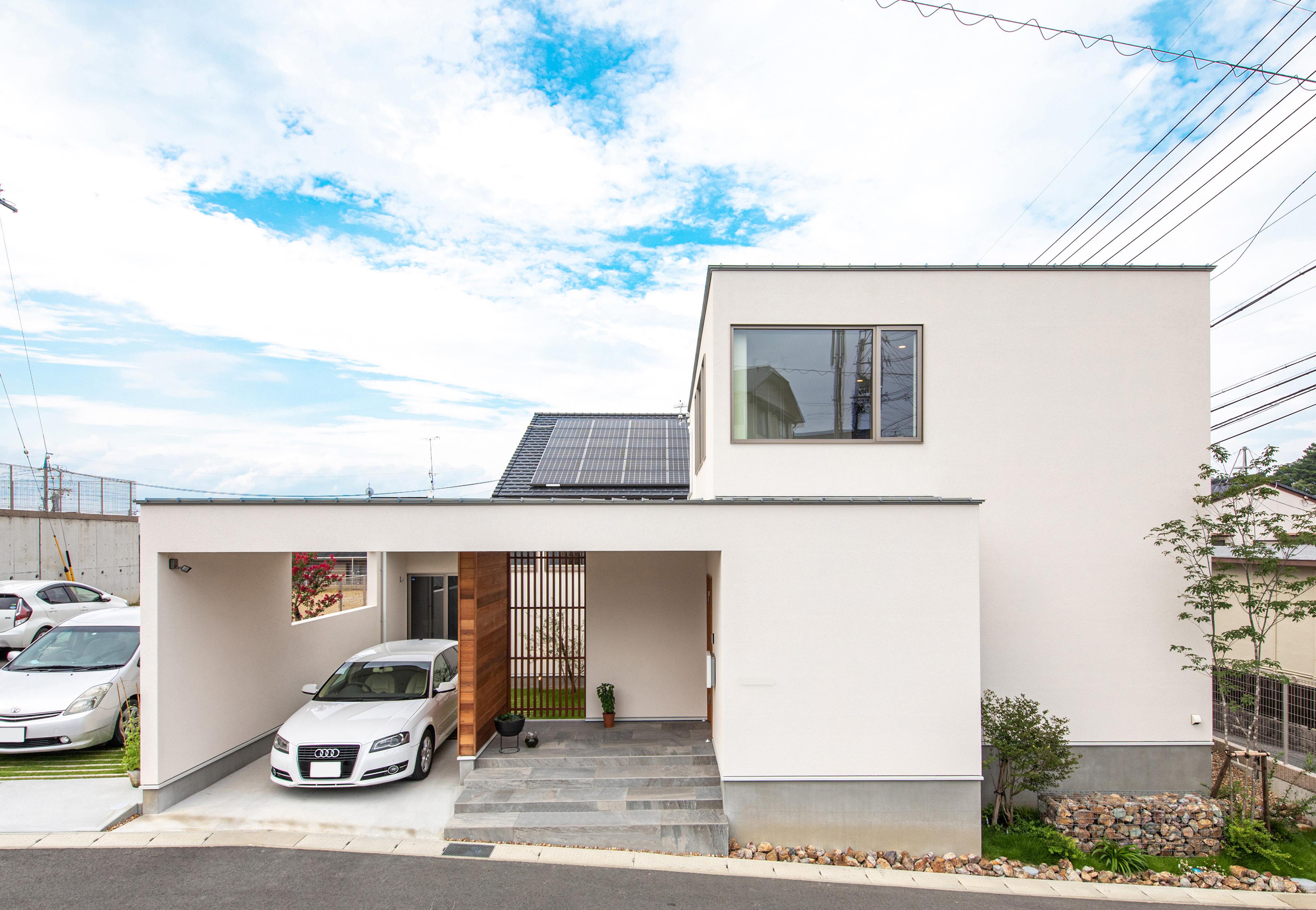 R+house 浜松中央(西遠建設)【趣味、建築家、インテリア】外観は、ガレージから中庭を囲む壁まで建物と一体化させたデザイン。均整の取れたフォルムがスタイリッシュで印象的