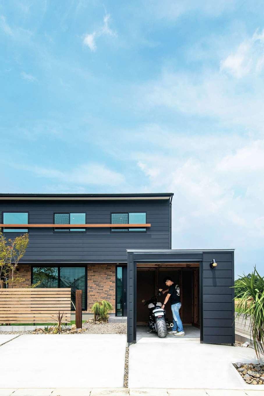 住たくeco工房【趣味、間取り、ガレージ】「木箱house」の前面にバイクガレージ用の「木箱mini」を設け、統一感のある外観が実現。黒い外壁のアクセントにレンガ調の外壁を組み合わせたのがご主人のこだわり