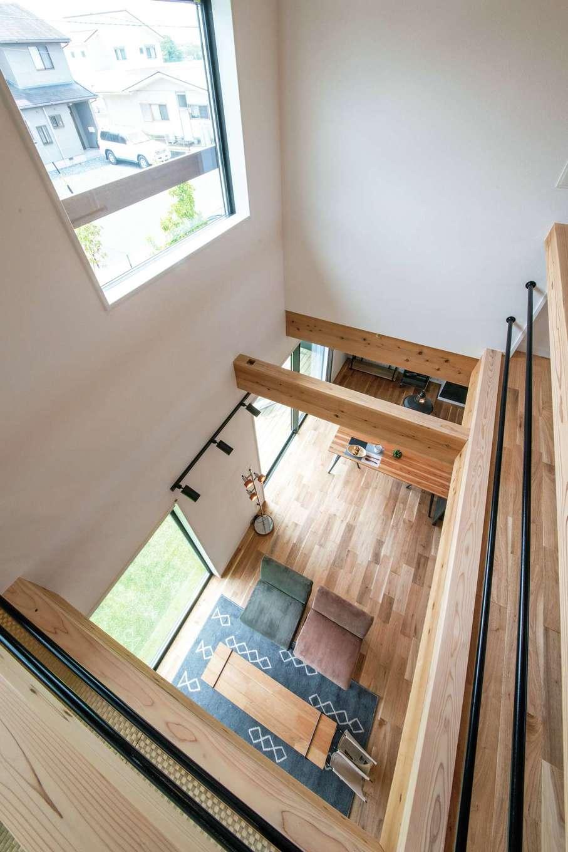住たくeco工房【趣味、間取り、ガレージ】2階ホールからは1階や庭風景が見渡せる