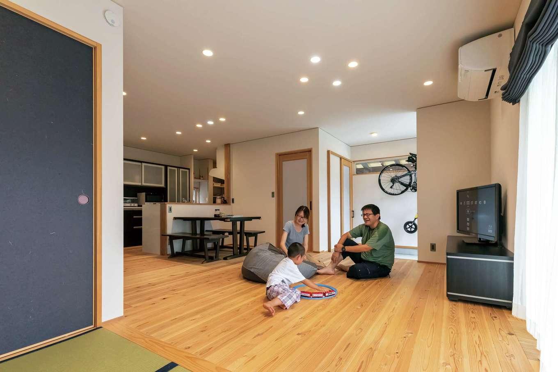新栄住宅【和風、趣味、省エネ】畳コーナーとフラットに繋がるリビング