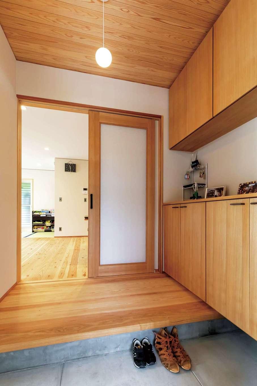 新栄住宅【和風、趣味、省エネ】素朴な木の温かみと端正な美しさを備えた玄関