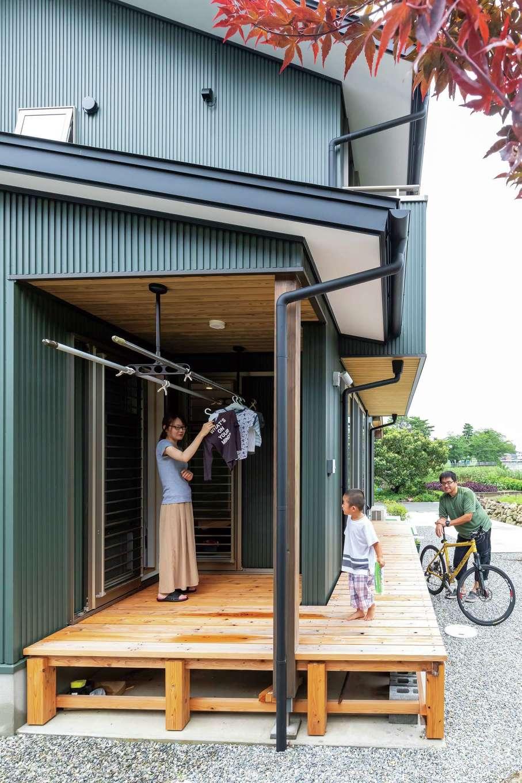 新栄住宅【和風、趣味、省エネ】ウッドデッキにはリビングと畳コーナー、ランドリーから出入りできる