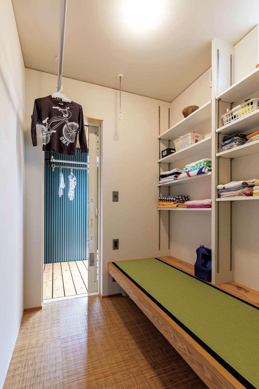 新栄住宅【和風、趣味、省エネ】洗面スペースの隣のランドリーには洗濯物をたためる畳スペースがあり、外のデッキにも繋がっている