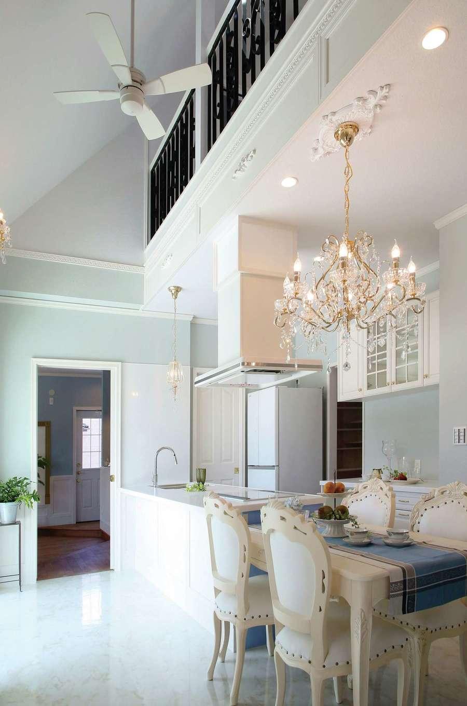 スカイグラウンド【デザイン住宅、輸入住宅、インテリア】吹抜けのダイニングキッチンに、くつろぎの時間がゆっくりと流れる。シーリングメダリオンとシャンデリア、モールディングのしつらえも繊細で美しい。壁に調湿・消臭効果に優れたオガファーザーを使っているので、空気がいつもきれい