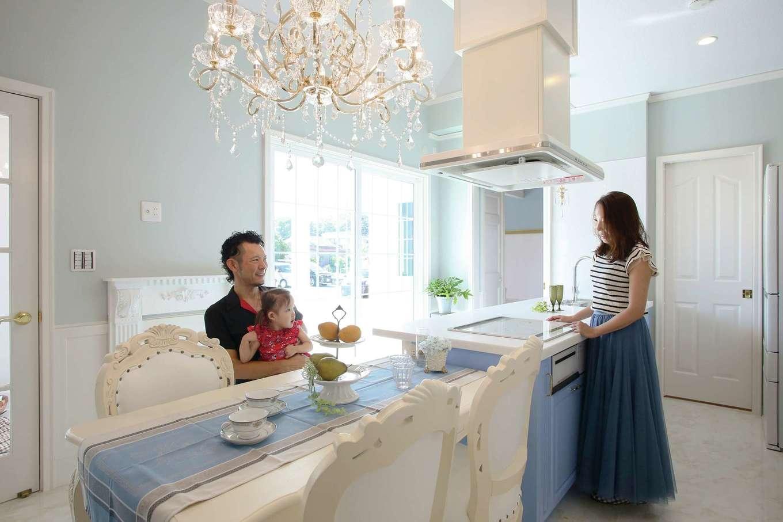 スカイグラウンド【デザイン住宅、輸入住宅、インテリア】キッチンは輸入製品。パネルは全体のバランスと調和した濃いめのブルーを採用