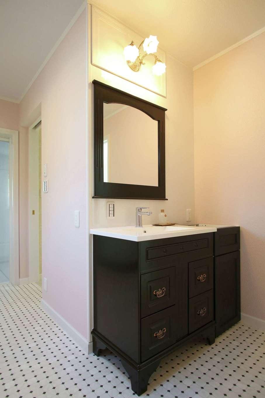 スカイグラウンド【デザイン住宅、輸入住宅、インテリア】アンティーク調のおしゃれな洗面台。鏡とのバランスも秀逸