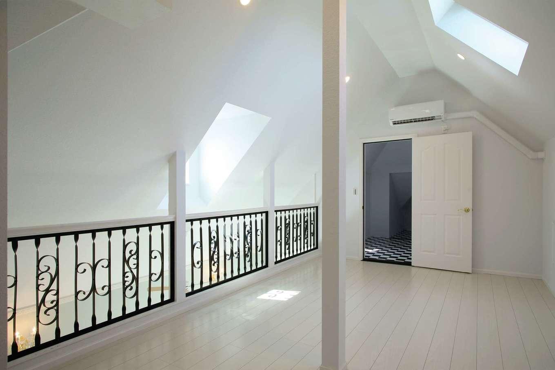 スカイグラウンド【デザイン住宅、輸入住宅、インテリア】2階のロフト。吹抜けでコミュニケーションを取りやすい。アイアンの手すりはオリジナル