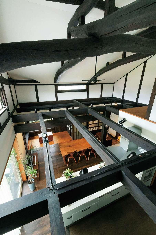 戸田工務店|天井の梁が骨格のように室内を見守る。これだけの立派な梁が50年以上も天井裏で息を潜めていたことに感動を覚える