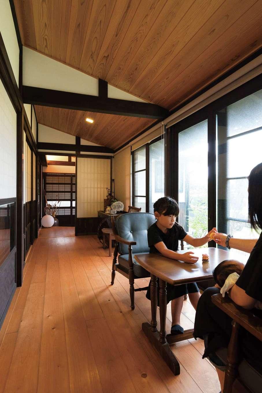 戸田工務店|広縁のレイアウトはそのまま踏襲し、窓辺で庭を眺めながらくつろげる憩いのスペースに。古民家の雰囲気を残すため、あえて既存のサッシを使い、可能な限りすきま風を塞いだ