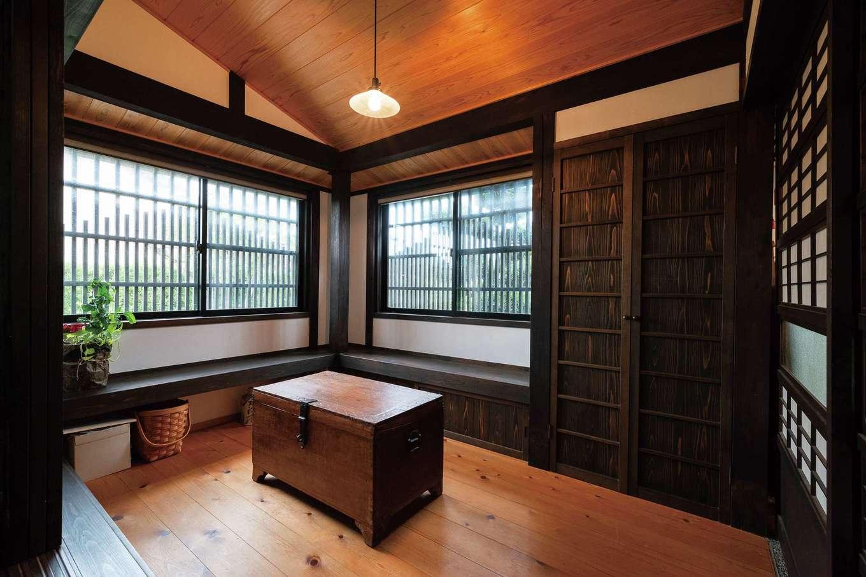 戸田工務店|玄関からもアクセスできるピットリビングは、ウェイティングバーのように落ち着ける。造作のベンチは大勢の来客時に便利