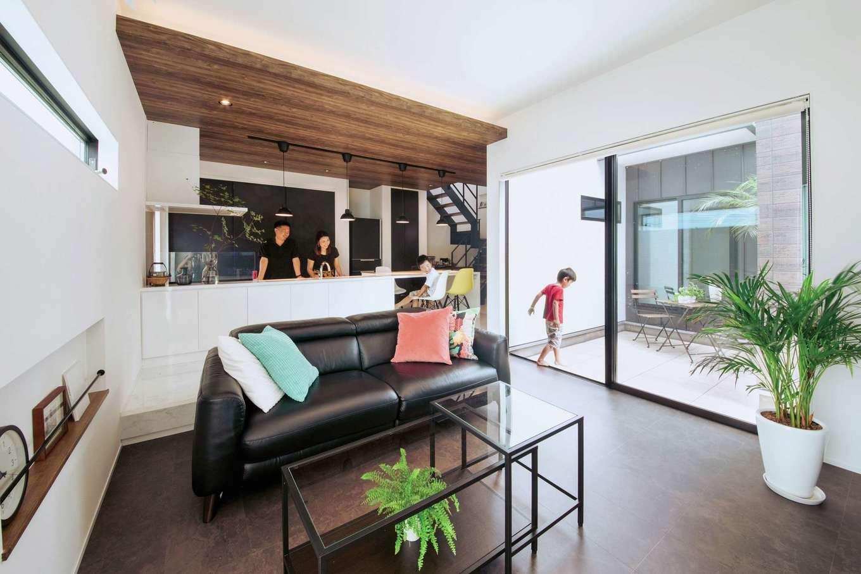 内田建設【デザイン住宅、間取り、建築家】子どもたちがどこにいても見える場所にキッチンを配置。床は塩ビタイルで中庭からも燦々と光が降り注ぐ
