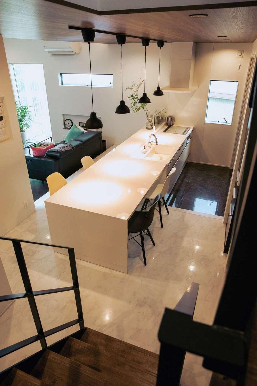 内田建設【デザイン住宅、間取り、建築家】ステップを設けることでキッチンとダイニングテーブルの高さを揃えた