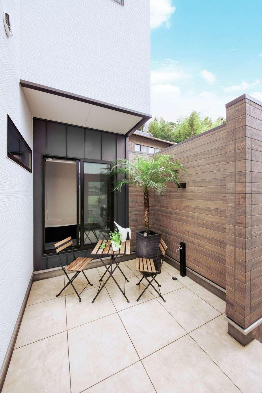 内田建設【デザイン住宅、間取り、建築家】外からも浴室からもアクセスできる中庭はアウトドアリビングとして大活躍