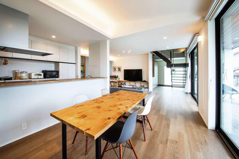内田建設【デザイン住宅、趣味、間取り】間仕切りのないオープン感覚のLDKが家族の絆を深める