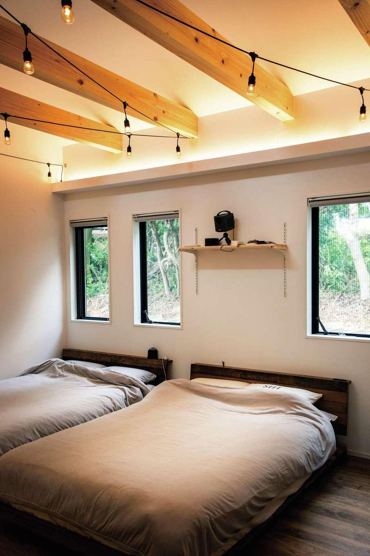 内田建設【デザイン住宅、趣味、間取り】毎朝ウグイスの鳴き声で目がさめる主寝室。間接照明の柔らかな光と現しの梁がベストマッチ