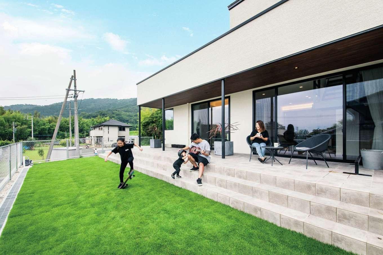 内田建設【デザイン住宅、趣味、間取り】リゾート感あふれるタイル貼りのテラスは、BBQや子ども用プールなど、アウトドアリビングとしてフル活用できる