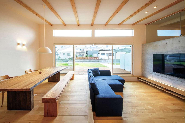 KOZEN-STYLE コバヤシホーム【デザイン住宅、省エネ、平屋】5.5mの大開口サッシを開ければ、27.7畳のLDKと21畳のウッドデッキがつながり、より開放感ある雰囲気に