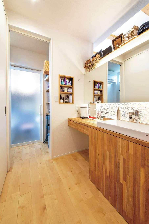 KOZEN-STYLE コバヤシホーム【デザイン住宅、省エネ、平屋】洗面スペースと浴室の間に、仕切って使える脱衣所を配置。洗濯機は隠してスッキリさせた