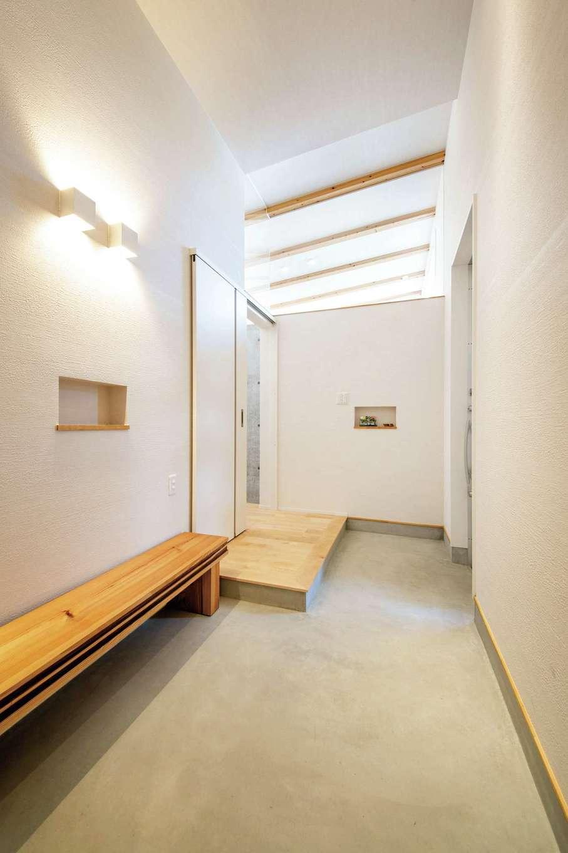 KOZEN-STYLE コバヤシホーム【デザイン住宅、省エネ、平屋】玄関はベビーカーのまま入れる広さ。壁の上部がアクリル板になっているため、リビングの光が差し込んで明るい