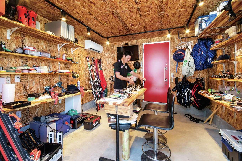 KOZEN-STYLE コバヤシホーム【デザイン住宅、省エネ、平屋】夫婦のスキー板とご主人の釣り道具が並ぶ趣味部屋。棚はすべて使い勝手のいい稼働式だ