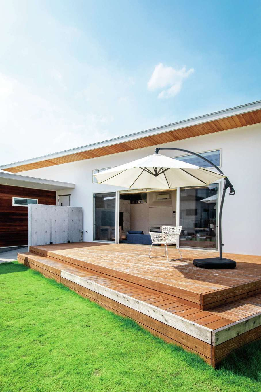 KOZEN-STYLE コバヤシホーム【デザイン住宅、省エネ、平屋】LDKとフラットに繋がる広やかなウッドデッキでは、仲間を招いてバーベキューを楽しむこともできる