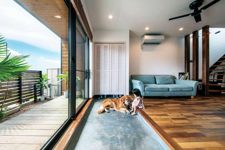 寿鉱業 ナーブの家【デザイン住宅、間取り、ペット】愛犬と心地よく暮らすために設けたリビング土間。ウッドデッキと一体になるように設計し、空間に広がりを演出した