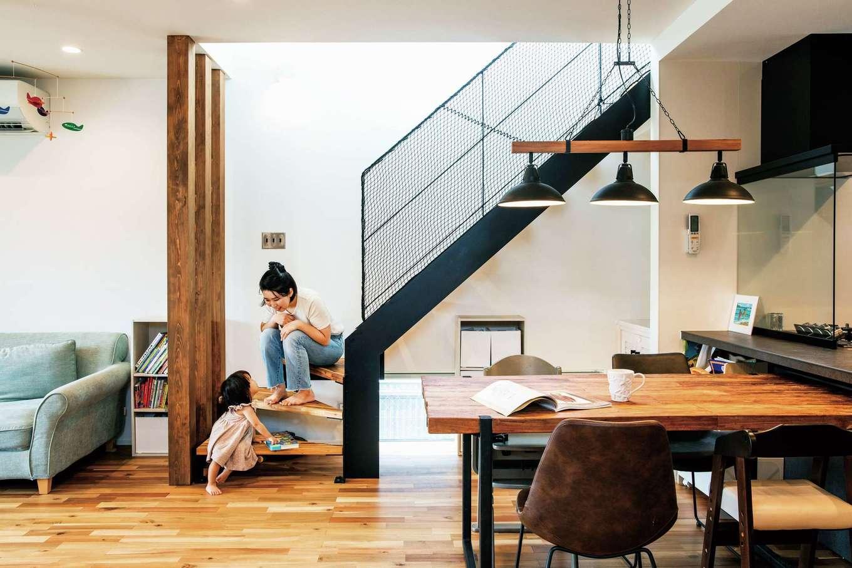 寿鉱業 ナーブの家【デザイン住宅、間取り、ペット】アイアンのオープン階段とキッチンをブラックで統一