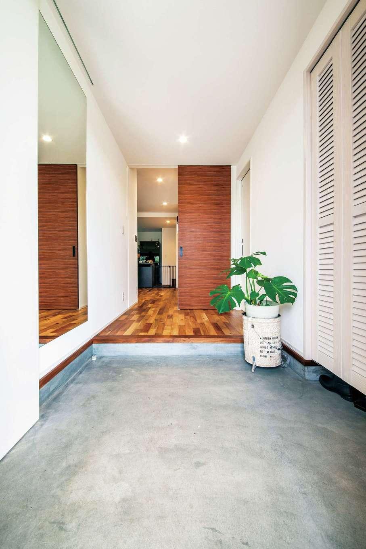寿鉱業 ナーブの家【デザイン住宅、間取り、ペット】玄関の引き戸を開ければ、リビング土間とつながる