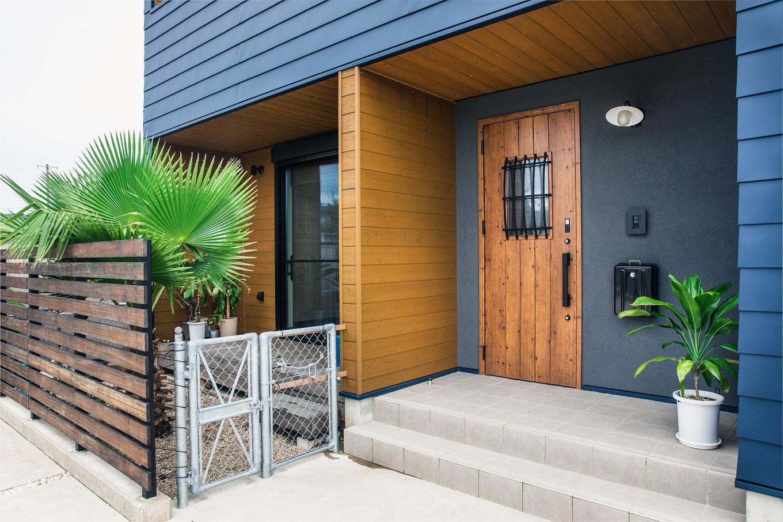 寿鉱業 ナーブの家【デザイン住宅、間取り、ペット】玄関廻りの外壁には表情豊かな塗り壁を採用した。温かみのある濃色のなかに、レトロモダンな扉がシンボリックに浮かび上がる