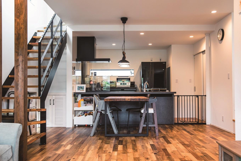 寿鉱業 ナーブの家【デザイン住宅、間取り、ペット】ブラックカラーのモダンなキッチン。視線は自然と淡い色に包まれたリビングへと向けられる