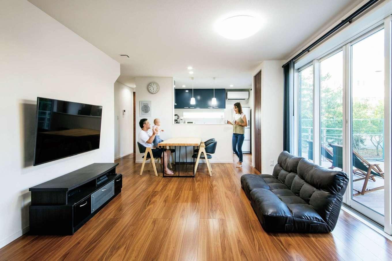 未来創建【デザイン住宅、子育て、収納力】開放感に満ちたLDK。全開口サッシとウッドデッキが外と中をつなぎ、自然と調和した暮らしを実現。高い断熱性と気密性により、エアコンをほとんど使わずに年中快適