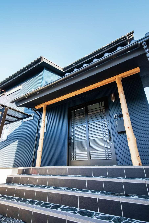 未来創建【デザイン住宅、子育て、収納力】鳥居をイメージした玄関ポーチ。近藤社長と名古屋の材木屋に足を運びヒノキを選んだ