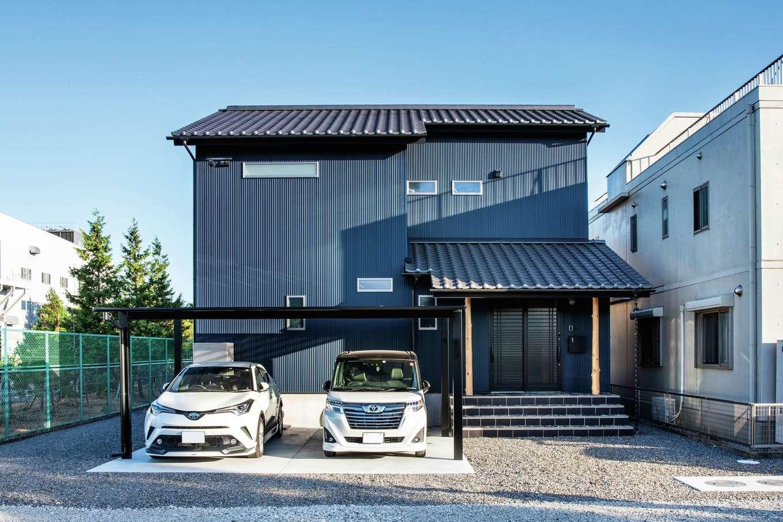 未来創建【デザイン住宅、子育て、収納力】重々しい「和」の雰囲気にならないよう、マリンブルーのガルバリウム鋼板でモダンなテイストをプラスした外観。玄関に続く石段はご主人のお気に入りで、熟練大工によって美しい仕上がりに