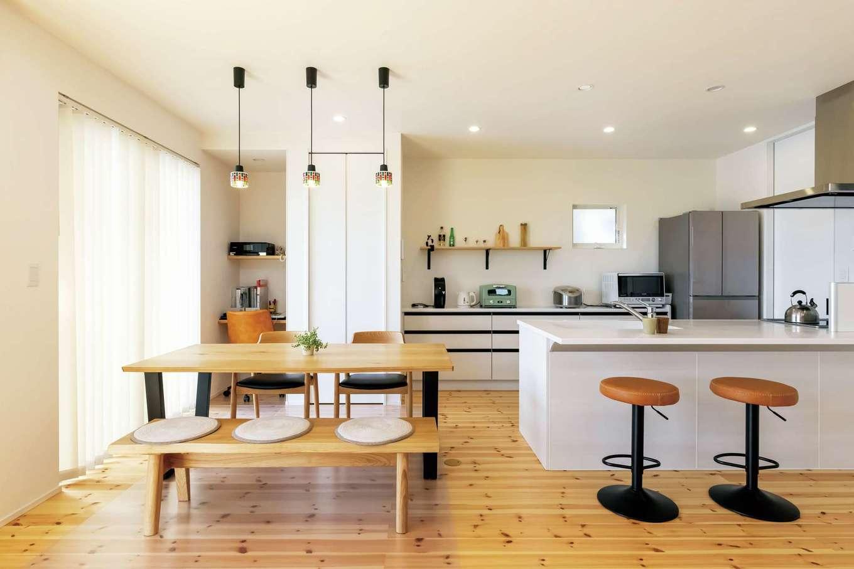 SEVEN HOUSE/セブンハウス【子育て、狭小住宅、間取り】白で統一したカフェスタイルのオープンキッチン。収納扉を天井まで届くハイドアにしたことでより広く感じられる。「見せる収納」と「隠す収納」のバランスも絶妙。デッドスペースを活かして、夫婦共有のPCコーナーも造作した。洗面脱衣室、浴室へ最短距離でつながり、家事もラクラク