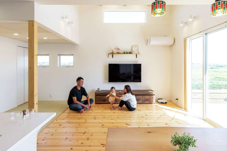 SEVEN HOUSE/セブンハウス【子育て、狭小住宅、間取り】きれいな空気がゆったりと流れるリビング。大きな開口部から入ってくる光と風が室内に行き渡る。断熱、気密性に優れているので、暑かった2020年の夏もエアコン1台で快適に過ごすことができた
