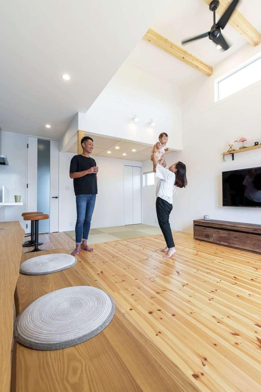 SEVEN HOUSE/セブンハウス【子育て、狭小住宅、間取り】シンプル& ナチュラルにコーディネートしたLDK。天井高3.7mのハーフ吹抜けのリビングなら、身長198cmのご主人でも狭く感じない。パインの床の経年変化も楽しみ