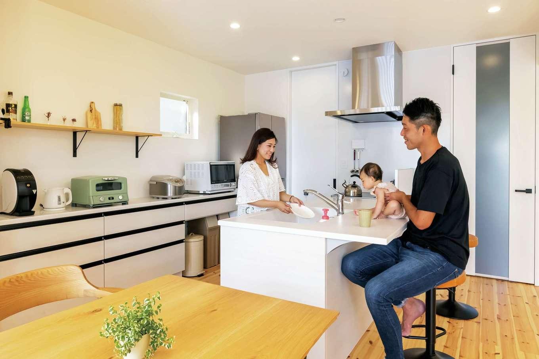 SEVEN HOUSE/セブンハウス【子育て、狭小住宅、間取り】カウンターキッチンは、忙しいときの食卓にもなって便利。ご主人も積極的に料理を手伝ってくれるそう