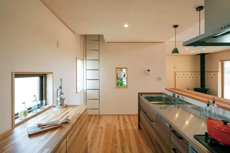 ナルセノイエ【和風、自然素材、平屋】キッチンは家族がどこにいても見える場所に。ステンレスの梯子を昇るとロフトへ