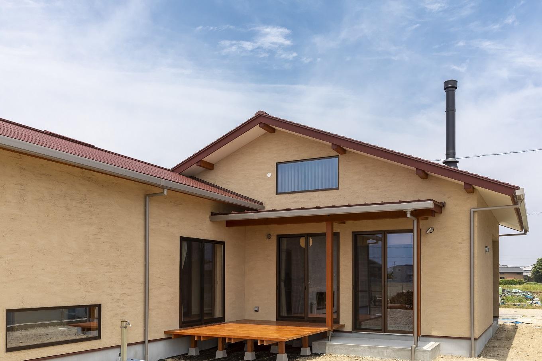 ナルセノイエ【和風、自然素材、平屋】深い軒が季節に応じて日射量を調節してくれるので、夏も冬もエアコンに頼り過ぎることなく快適に過ごせる