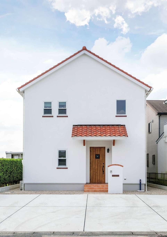 水野工務店【デザイン住宅、収納力、二世帯住宅】オレンジの陶器瓦と白い漆喰が青空に映えるプロヴァンススタイルの外観