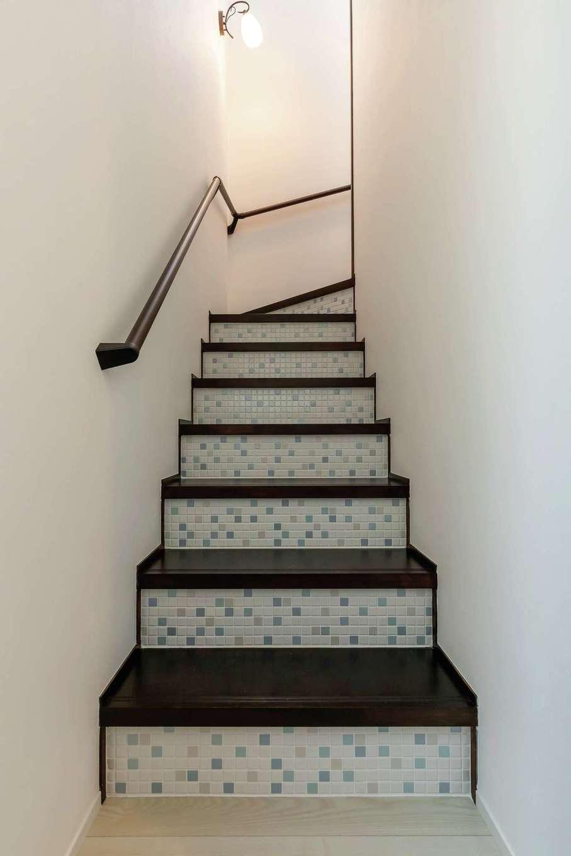 水野工務店【デザイン住宅、収納力、二世帯住宅】階段の蹴込み板の部分にモザイクタイルを貼ってニュアンスを出した